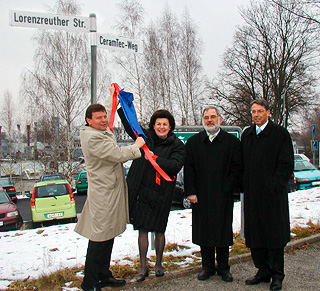 CEO Dr. Ulf-D. Zimmermann and Mayor Dr. Birgit Seelbinder unveil the new street sign together in the presence of the complete executive board with Dr. Jürgen Huber and Rolf-Michael Müller